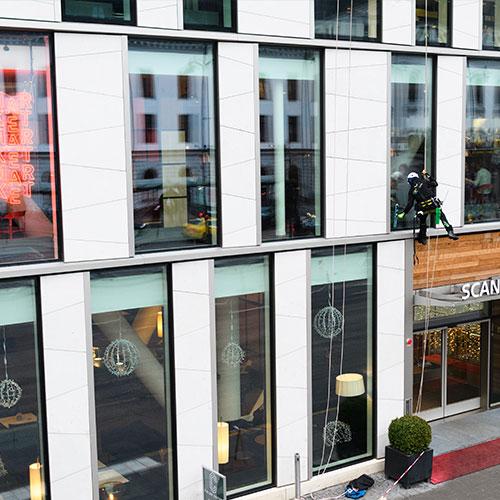 Eine Gründliche Glasreinigung Und Fassadenreinigung Umfasst Außerdem Die Reinigung Von Werbeschildern, Außenjalousien, Markisen, Dächern Und Dachrinnen.